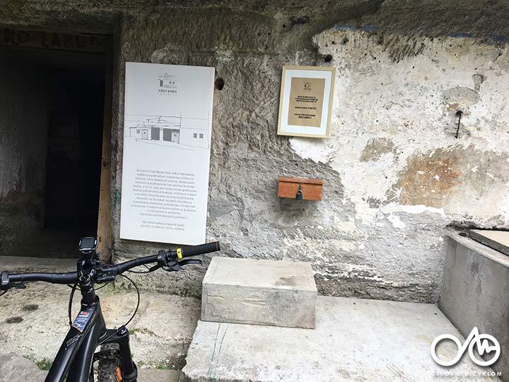 Cyklotrasa - Kultúrna pamiatka Nový dvor v Brhlovciac, región Tekov